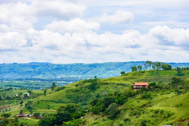 Gestalten sie ansichthaus auf hügel von wat phra that pha son kaew bei khao kho, phetchabun landschaftlich