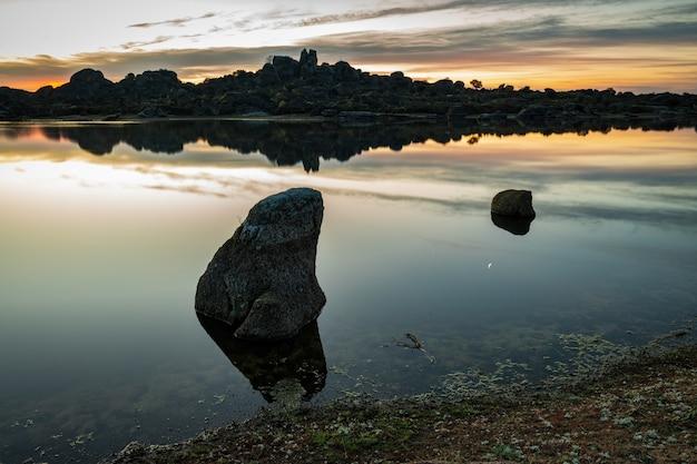 Gestalten sie bei sonnenaufgang im naturschutzgebiet von barruecos landschaftlich. extremadura. spanien.
