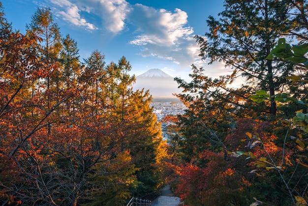 Gestalten sie bild von fuji-berg mit rotem blatt im herbst auf sonnenuntergang bei fujiyoshida, japan landschaftlich.