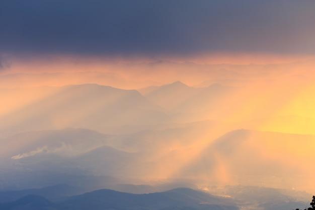 Gestalten sie den berg und warmes licht landschaftlich und regnerisch in der natur, doi inthanon, chiangmai thailand