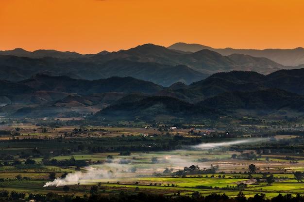 Gestalten sie in chiang mai landschaftlich, das von thailand mit ackerland- und gebirgshintergrund nördlich ist