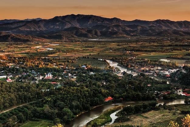 Gestalten sie in chiang mai landschaftlich, das von thailand mit kok-fluss und moutain hintergrund nördlich ist