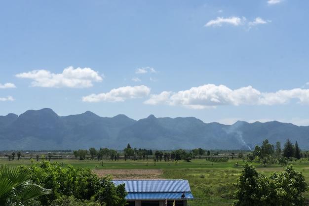Gestalten sie mit bergblick auf horizont und blauem wolkenhimmel landschaftlich., natürlicher hintergrund
