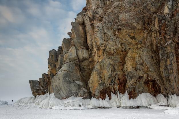 Gestalten sie mit gefrorenen wellen auf felsen, neapel, eisblöcke, am baikal see, winter, blauer himmel landschaftlich.