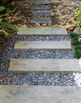 Gestalten sie moderne einfache steinbahn in der gartendekoration mit weiß landschaftlich