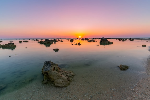 Gestalten sie sonnenuntergang am kap-koralle im andamanensee bei phang nga, südlich von thailand landschaftlich