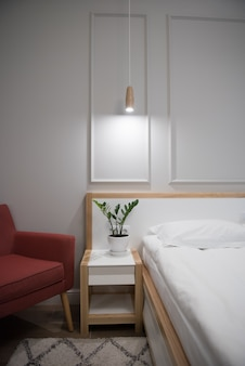 Gestaltung eines wohnzimmers oder eines hotels. knallroter sessel in der ecke.