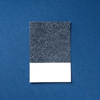Gestaltungsraum auf blau glitzerndem papier