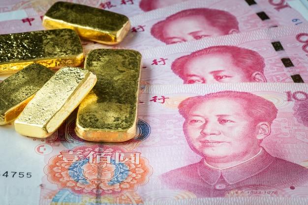 Gestapelt vom goldbarren auf porzellanbanknote, chy oder yuan mit goldbarren