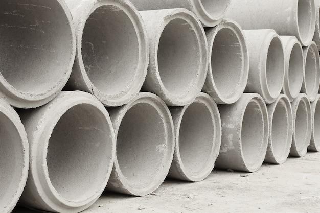Gestapelt von konkreten entwässerungsrohren für den industriellen bau