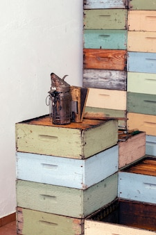 Gestapelte bienenwabenbienenstockkisten