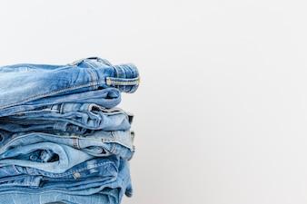 Gestapelte Blue Jeans auf weißem Hintergrund
