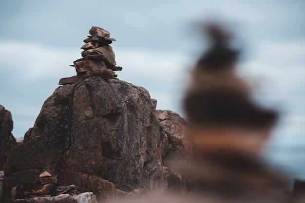 Gestapelte braune steine konzentrierten sich