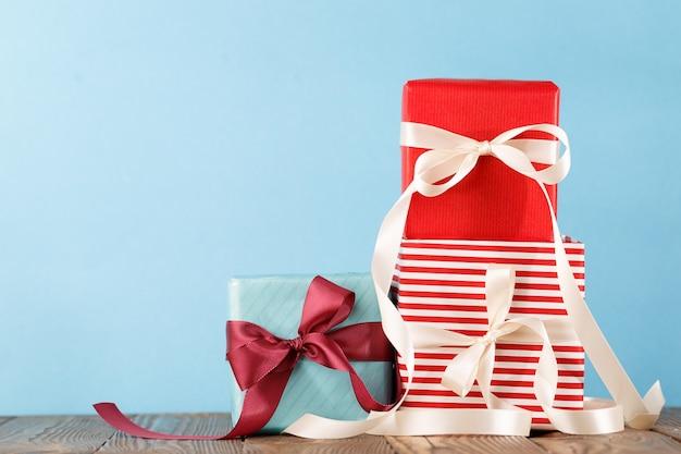 Gestapelte bunte geschenke auf blauem