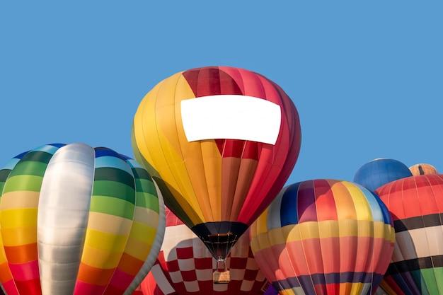 Gestapelte bunte heißluftballone mit blauem himmel