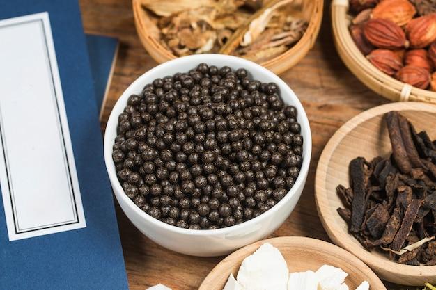 Gestapelte chinesische kräutermedizinpillen