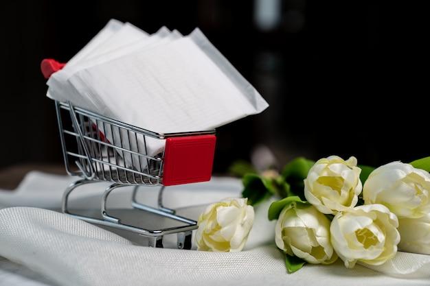 Gestapelte damenbinde auf dem einkaufswagen. weibliche pads in einem einkaufswagen. menstruationsperiodenkonzept.