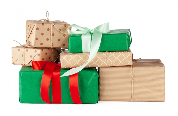 Gestapelte gruppe geschenkkästen getrennt auf weiß