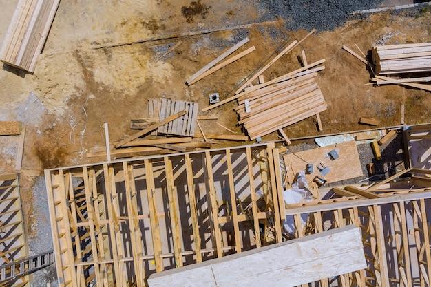Gestapelte holzbaustoffe ein stapel bretter holzrahmen- und balkenkonstruktion