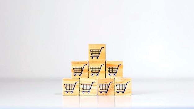 Gestapelte holzklötze und verkaufssymbole sowie marketingideen.