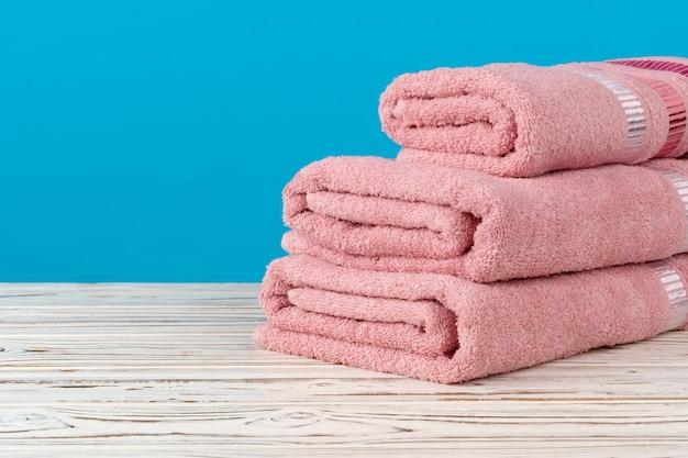 Gestapelte neue tücher auf einem holztisch