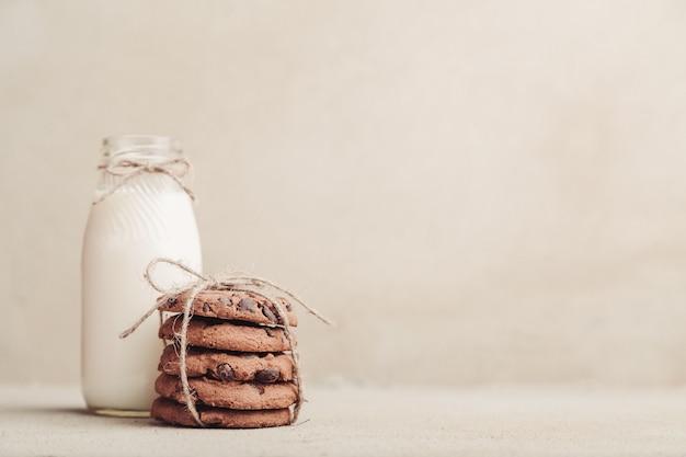 Gestapelte schokoladensplitterplätzchen auf grauer tabelle