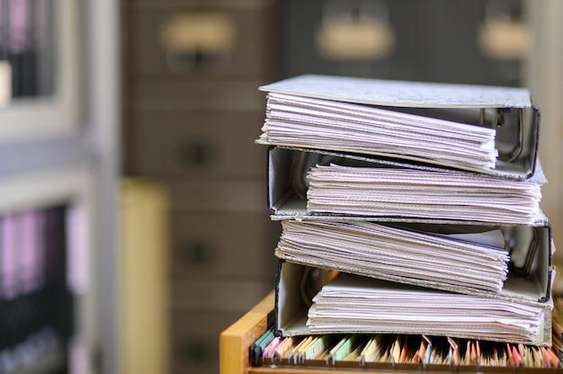Gestapelte schwarze dokumente im büro