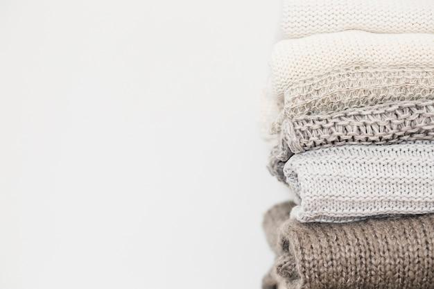 Gestapelte sweatshirts getrennt auf weißem hintergrund