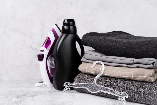Gestapelte wäsche mit weichspüler und eisen