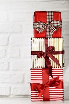 Gestapelte weihnachtsgeschenke auf weiß