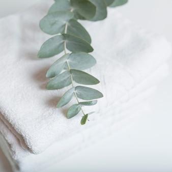 Gestapelte weiße handtücher