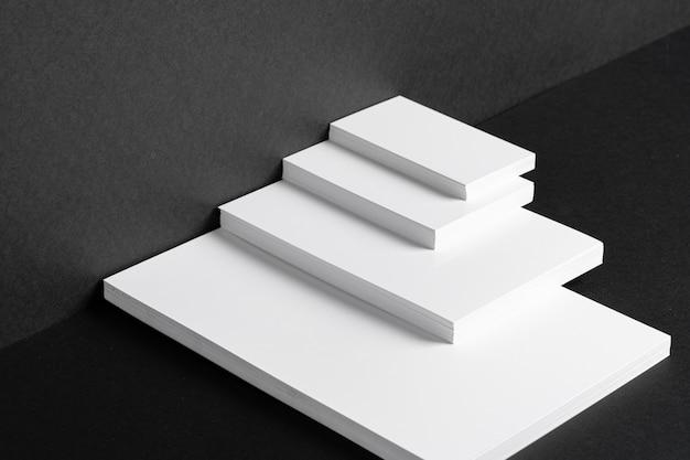 Gestapelte weiße visitenkarten und briefpapier für die markenidentität