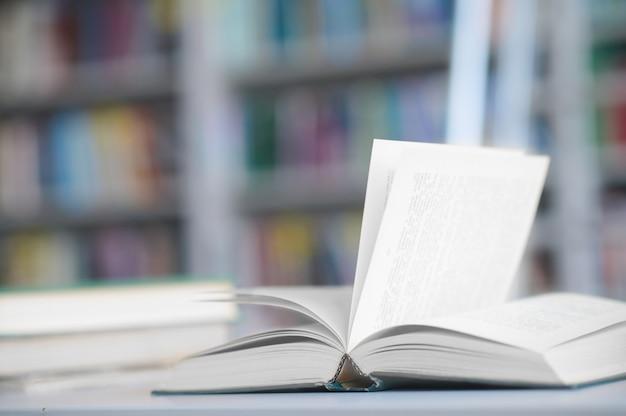Gestapelte wissenschaftliche literatur auf dem bibliothekstisch geordnet
