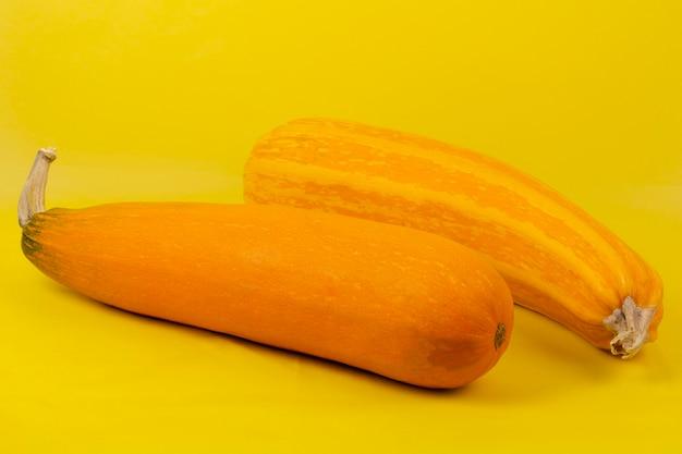 Gestapelter gelber kürbis auf bauernmarkt