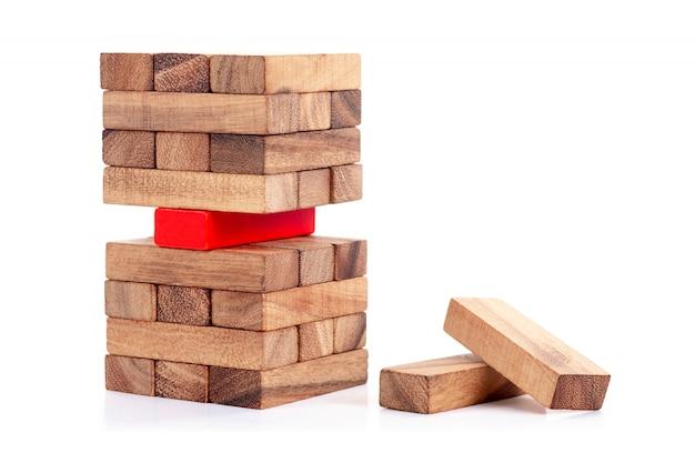 Gestapelter holzklotz und roter block. konzept der führung, teamarbeit und anders.