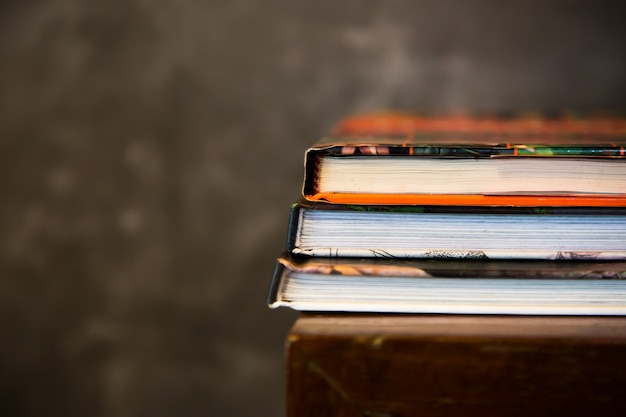 Gestapeltes zeitschriftenbuch auf tabelle