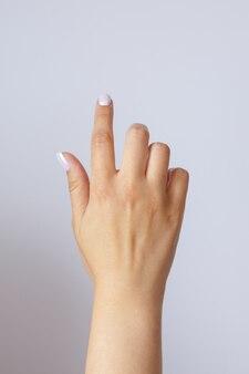 Geste und zeichen, weibliche hand, die taste oder bildschirm drückt, auf licht