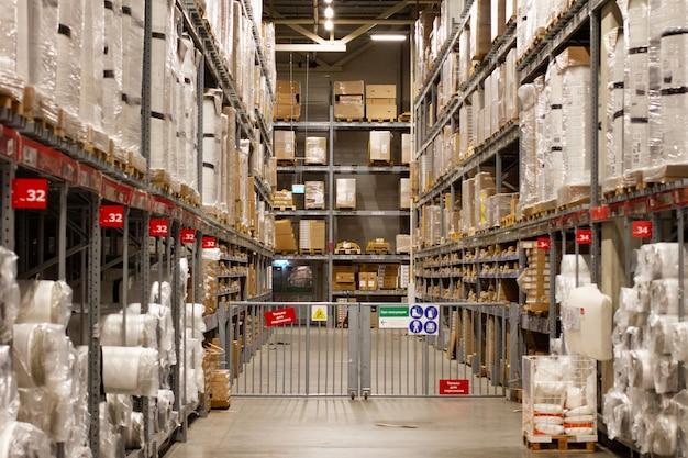 Gestelle mit großen kisten, lager. platz für die lagerung von paketen. ladenlager