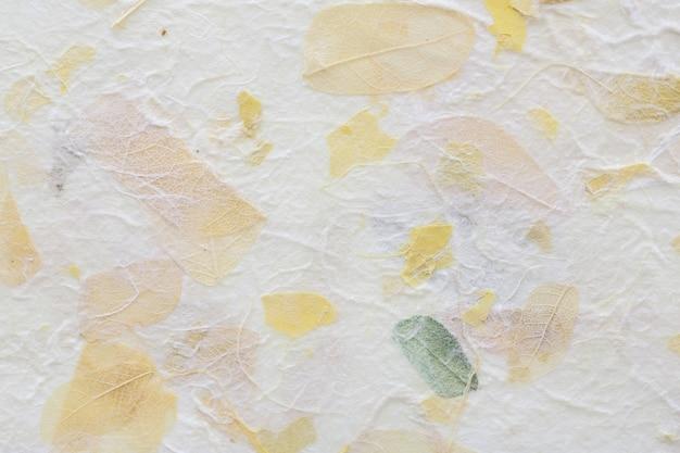 Gestreifte blumen auf maulbeerpapierbeschaffenheitshintergrund