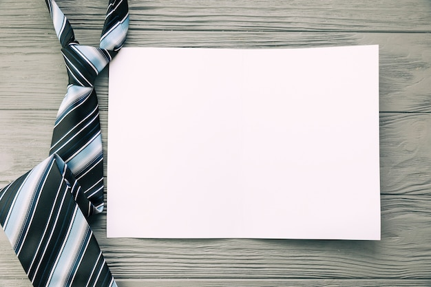 Gestreifte krawatte und papier auf dem schreibtisch
