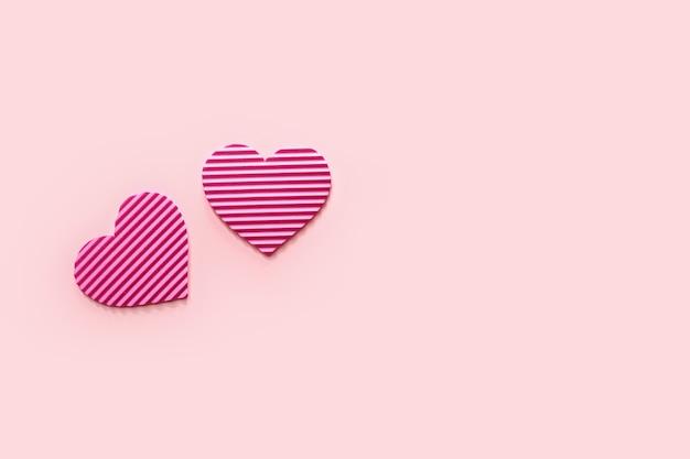 Gestreifte rosa herzen auf farbe