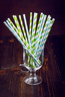 Gestreifte strohhalme für cocktails in einem glas