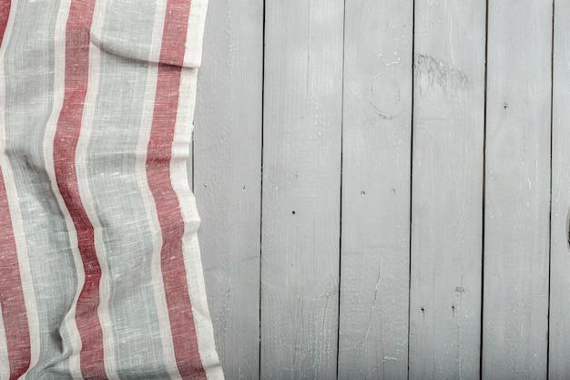 Gestreifte tischdecke auf holzschreibtisch