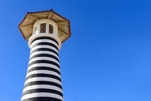 Gestreifter leuchtturm am strand von bayahibe in der dominikanischen republik
