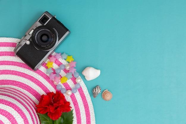 Gestreifter retro- hut mit weinlesekamera und zusatz für sommer.
