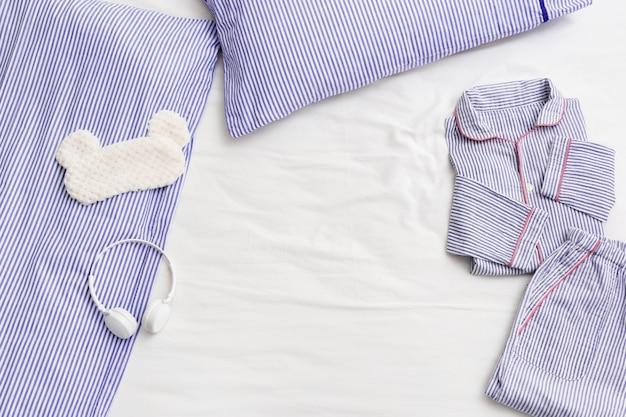 Gestreifter schlafanzug, bequemer baumwollanzug zum schlafen, maske zum schlafen auf dem bett
