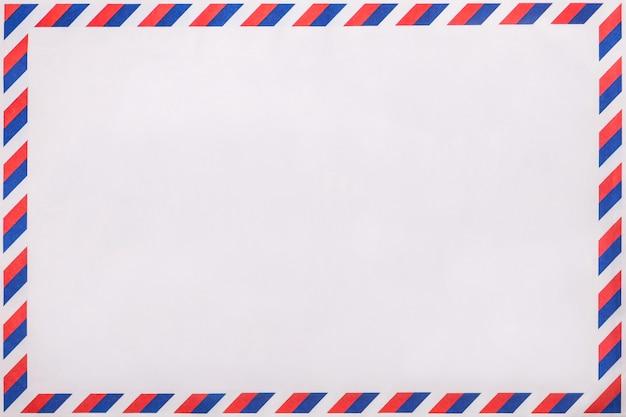 Gestreifter umschlag des alten beitrags, hintergrund mit kopienraum. postbrief mit abgestreiftem weinlesemuster.