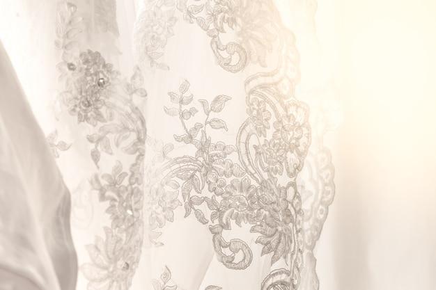 Gestreiftes baumwollkleid mit dem schmuck hochzeitskonzept benutzt als hintergrund