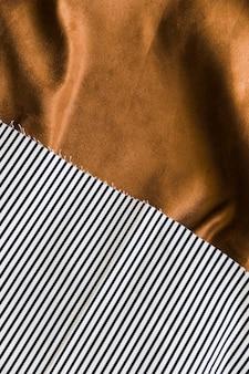 Gestreiftes texturiertes gewebe auf drapiertem textil