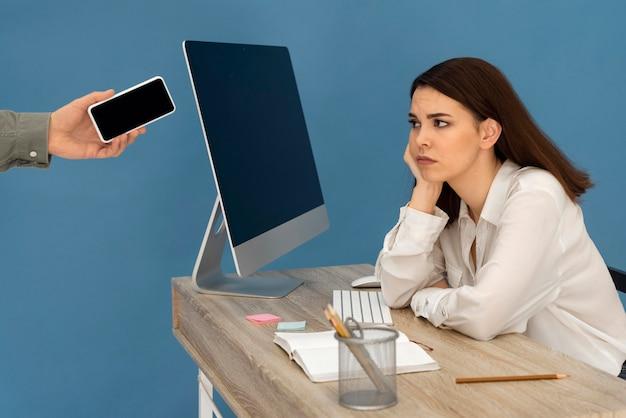 Gestresste frau, die am computer arbeitet